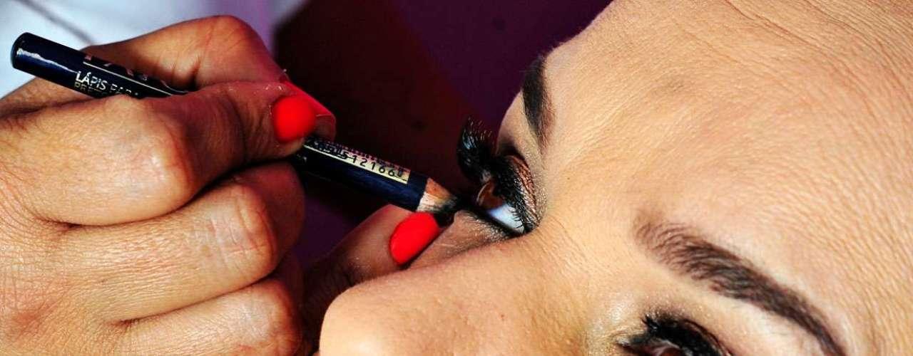 14- Passe o lápis preto na parte inferior do olho. \