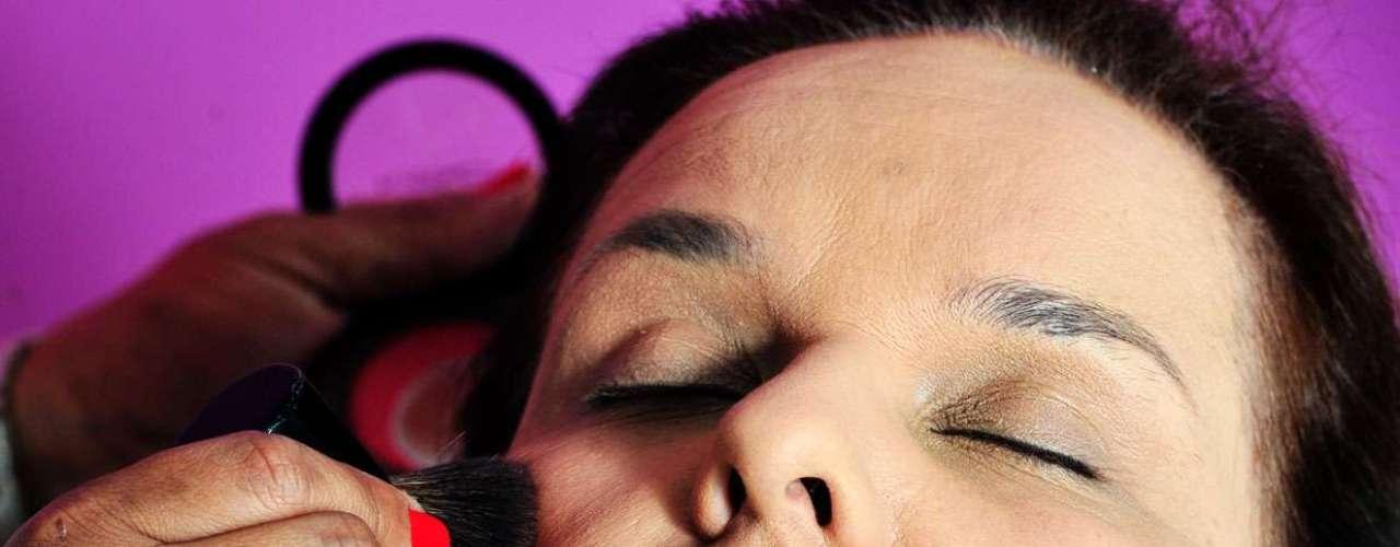 5- Passe o blush. Misture dois tons, um rosê e outro terra para dar um ar de saudável. \