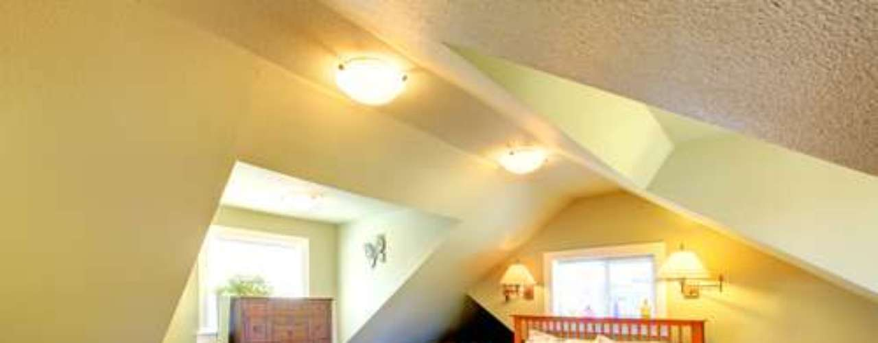 Mesclar luminárias de teto com luzes na parede ajuda a distribuir melhor a iluminação