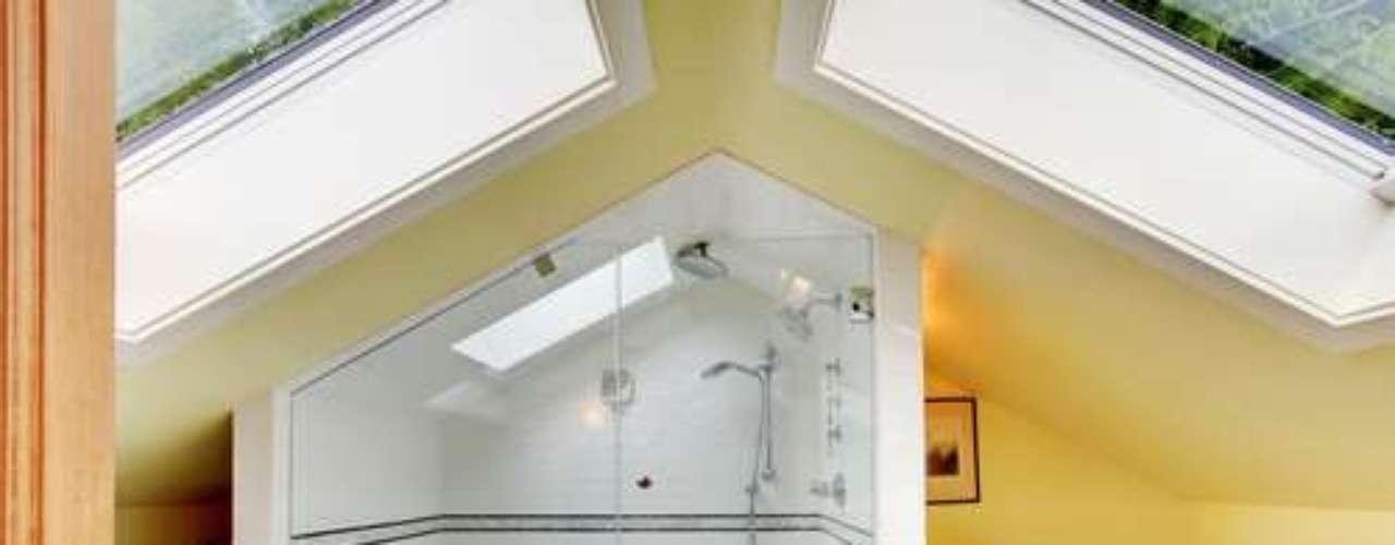 Com criatividade e algumas adaptações, é possível criar até mesmo um banheiro no sótão