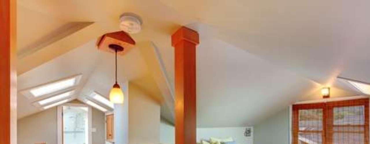 É preferível instalar uma escada fixa em vez de modelos móveis, pois dão acesso mais fácil ao sótão