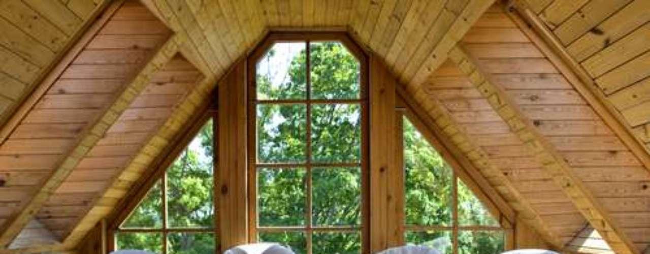 Grandes janelas contribuem para uma boa iluminação do sótão