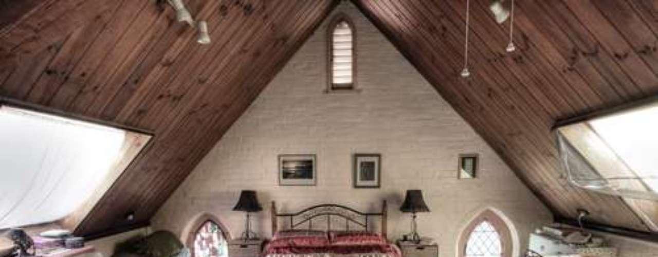 Pequenas mesas e armários ajudam a aproveitar os cantos próximos ao telhado