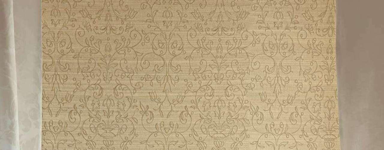 Estampas clássicas deixam o ambiente mais luxuoso, como nesse quarto revestido com tecido da Celina Dias. Informações: www.celinadias.com.br