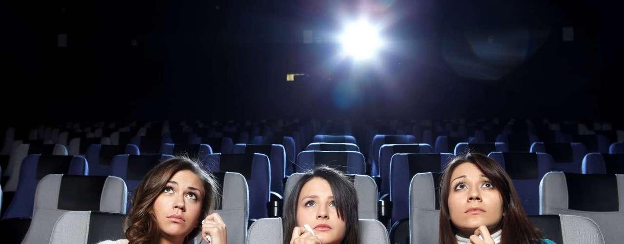 Assista a um filme triste: de acordo com um estudo, as pessoas que asssitem a filmes trágicos acabam comparando a história com a de suas vidas e se sentem felizes e satisfeitas com sua rotina. Ou seja, é uma forma de reconhecer as coisas boas que acontecem ao seu redor, explica Silvia Knobloch-Westerwick, professora associado da Escola de Ohio State University de Comunicação. A comédia funciona também, claro, mas só por distraí-lo