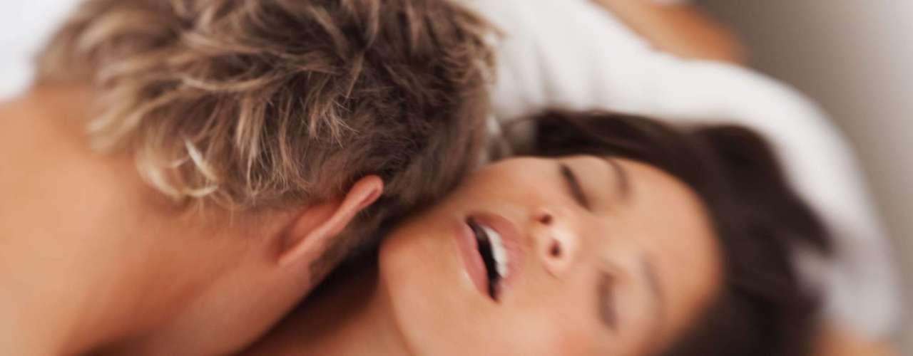 A ejaculação feminina não é lenda - Algumas mulheres, em virtude de um orgasmo vaginal intenso, liberam muito líquido durante o ato sexual e chegam até a achar que urinaram. Segundo Regina Navarro Lins e Flávio Braga, autores de O Livro de Ouro do Sexo, esse fenômeno ocorre por meio das áreas sexuais que circundam a uretra, especialmente o ponto G, normalmente localizado cerca de 2 a 3 cm a partir da entrada da vagina. Cerca de 10% das mulheres apresentam esse tipo de ejaculação