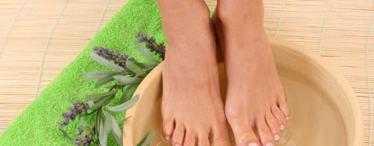 Esfolie: depois que as unhas e a pele foram cuidadas, mergulhe os pés na água morna para esfoliar a pele morta. \
