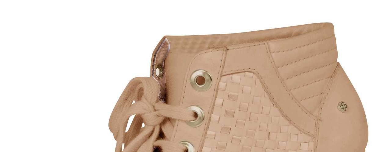Capodarte tem sneaker em versão peep toe com cadarço por R$ 399,90. Disponível na cor bege. SAC: (11) 3086-3779