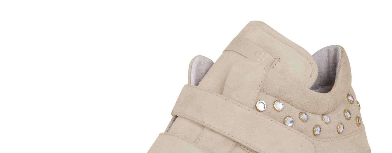 Sneaker Capodarte com aplicações brilho sai por R$ 399,90. Também disponível na cor bege. SAC: (11) 3086-3779