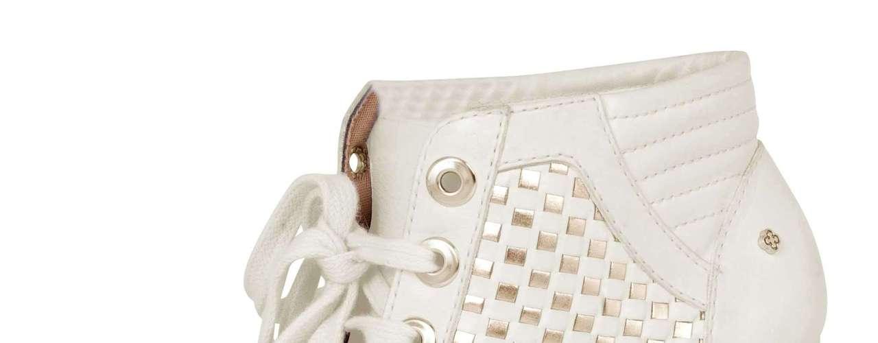 Sneaker peep toe branco sai por R$ 399,90 na Capodarte. SAC: (11) 3086-3779