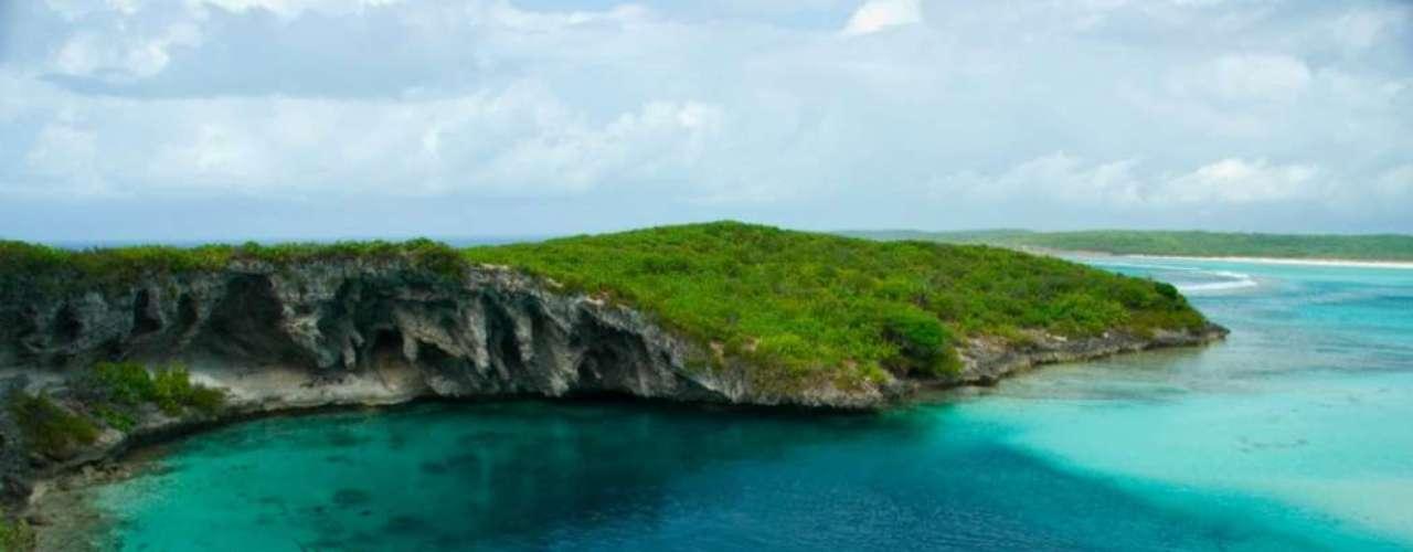 Buraco Azul de Dean, Bahamas: Buraco azul é o nome dado a formações geológicas dentro do mar, grandes poças submarinas que formam lugares únicos para mergulhadores. O Buraco Azul de Dean, na ilha de Long Island, nas Bahamas, é o maior buraco azul do mundo conhecido pelo homem e chega a mais de 200 metros de profundidade em meio às águas calmas do Caribe
