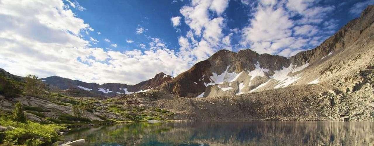 Lake Marjorie, Canadá: situado dentro do  Parque Nacional Kings Canyon, na Califórnia, o Lake Marjorie é cercado pelas montanhas da Sierra Nevada, o que cria paisagens únicas. É vizinho do Parque Nacional de Sequoia, conhecido por suas árvores gigantescas, e ambos têm numerosas trilhas com muitas belezas naturais