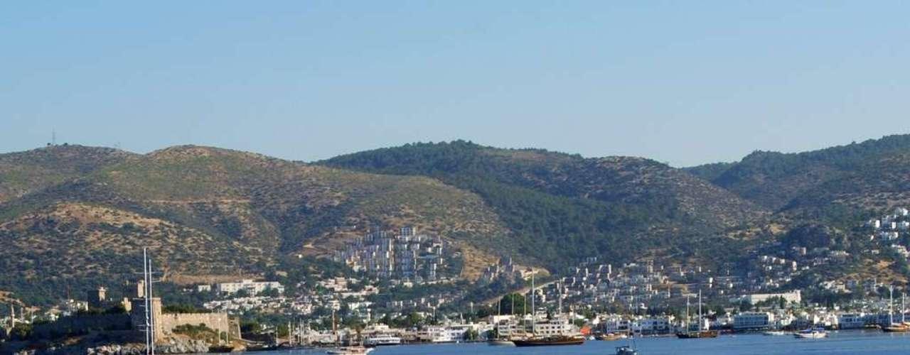 Bodrum, Turquia: no sudoeste da Turquia, Bodrum é uma cidade vibrante com restaurantes, discotecas e muita diversão. Mas se é um dos principais destinos turísticos do litoral turco é por suas belas praias nas águas calmas do Mediterrâne