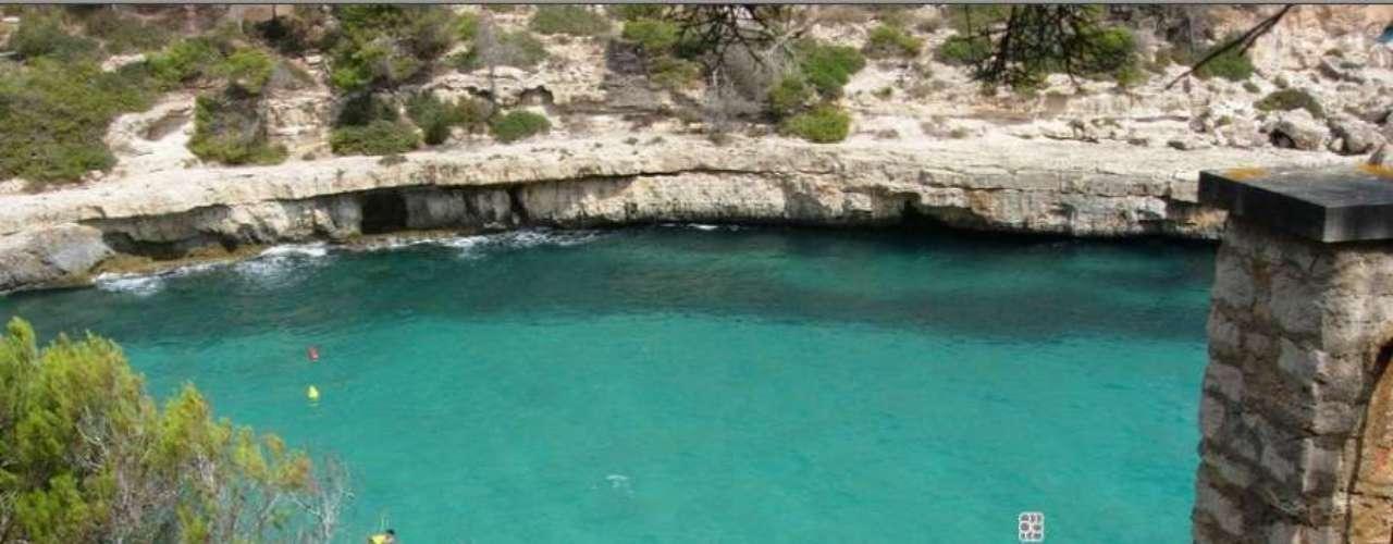 Cala Llombards, Espanha: maior das ilhas Baleares, Maiorca tem praias que atraem turistas  a Europa e do mundo inteiro. A cala Llombards, situada na região de Santanyi, é uma pequena praia tranquila, com águas calmas e límpidas, frequentada principalmente por habitantes locais
