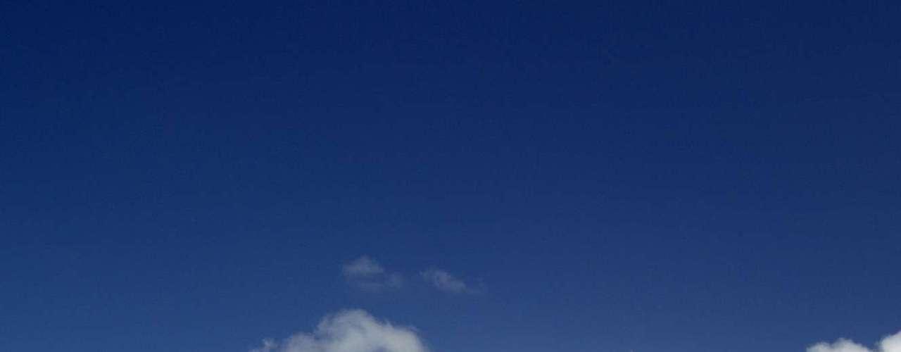 Bora Bora, Polinésia Francesa: cercada por uma lagoa de água cristalina e uma barreira de coral, a idílica ilha de Bora Bora é um paraíso terrestre na Polinésia Francesa. Praias de areia branca e resorts luxuosos fazem de Bora Bora um destino de sonhos para viagens românticas