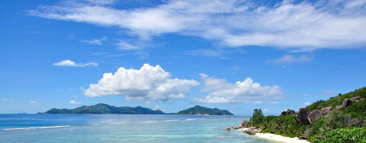Anse Source dArgent, Seychelles: no litoral de La Digue, maior das ilhas que formam o arquipélago das Seychelles, a praia  Anse Source dArgent é um dos mais belos cartões postais do planeta. Uma faixa extensa de areias rosa com águas turquesa, protegidas por um arrecife, é o grande diferencial deste destino