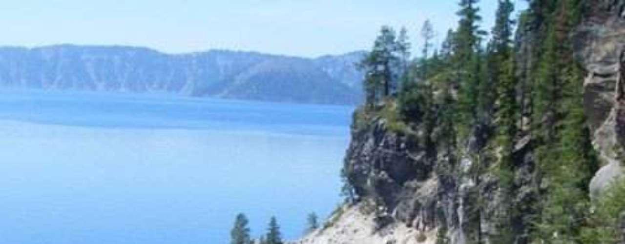 Crater Lake, Oregon, Estados Unidos: situado no estado americano de Oregon, o Crater Lake é um magnífico lago dentro da caldeira  de um antigo vulcão. Com águas límpidas e duas ilhas, o lago se encontra protegido dentro do Parque Nacional de Crater Lake e é o mais profundo dos Estados Unidos, com 592 metros de profundidade