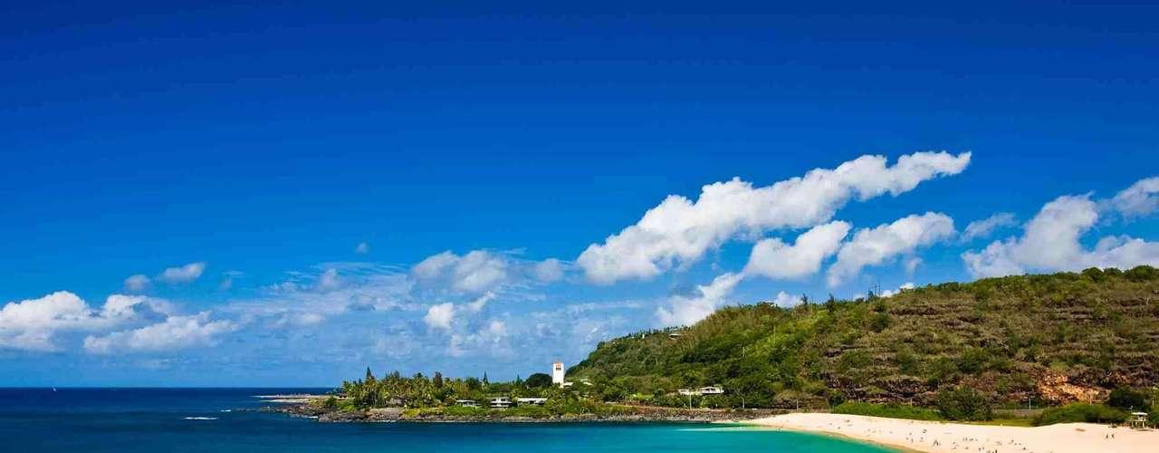 Hanauma Bay, Estados Unidos: baía formada por um cone vulcânico no litoral sul da ilha de Oahu, Hanauma Bay é uma das maiores belezas naturais que o Havaí tem para oferecer. Além da praia de areia branca e águas de azul intenso, há uma rica vida marina e trilhas para descobrir