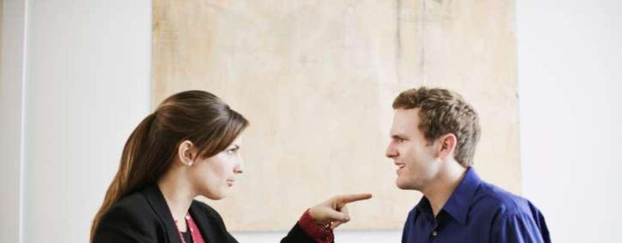 Ela implica muito com você: antes, as conversas eram harmoniosas. Agora, qualquer assunto é uma desculpa para implicar com você. Essa reviravolta pode ser uma forma inconsciente de ela tentar justificar suas escapadas