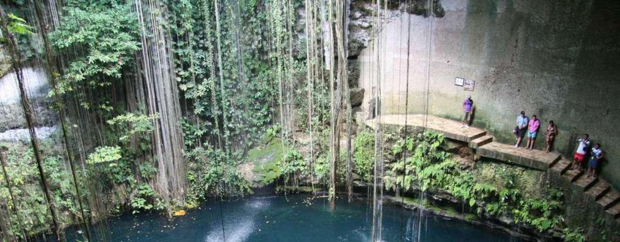 Cenote Ik Kil, México: no litoral leste do México, a Península de Yucatán tem numerosos cenotes,  grutas de calcário que formam maravilhosas piscinas naturais. Situado a cerca de 35 km do sítio arqueológico de Chichen Itzá, o cenote de Ik Kil  tem 60 metros de diâmetro e 40 de profundidade em águas límpidas bastante frequentadas por turistas