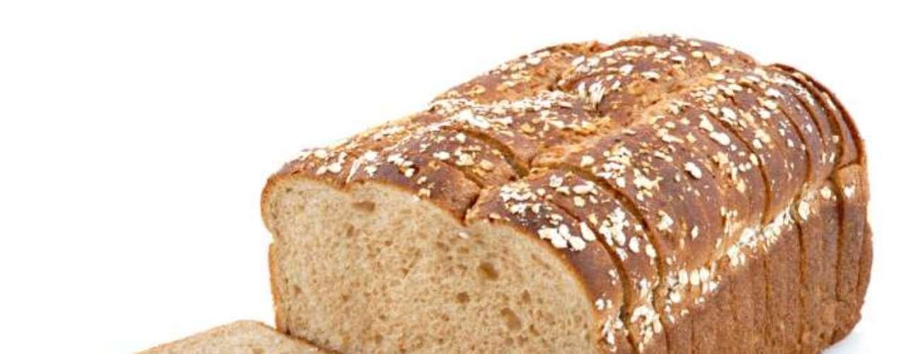 O pão, fonte de carboidrato, também fornece combustível para a malhação. A dica da nutricionista Paula é trocar o pão branco pela versão integral. \