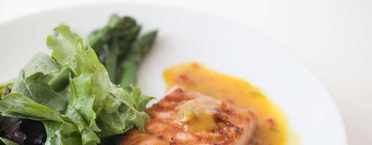 Por ser fico em ômega 3, gordura benéfica que estimula a produção de hormônios, o salmão é uma boa opção para quem busca o fortalecimento muscular