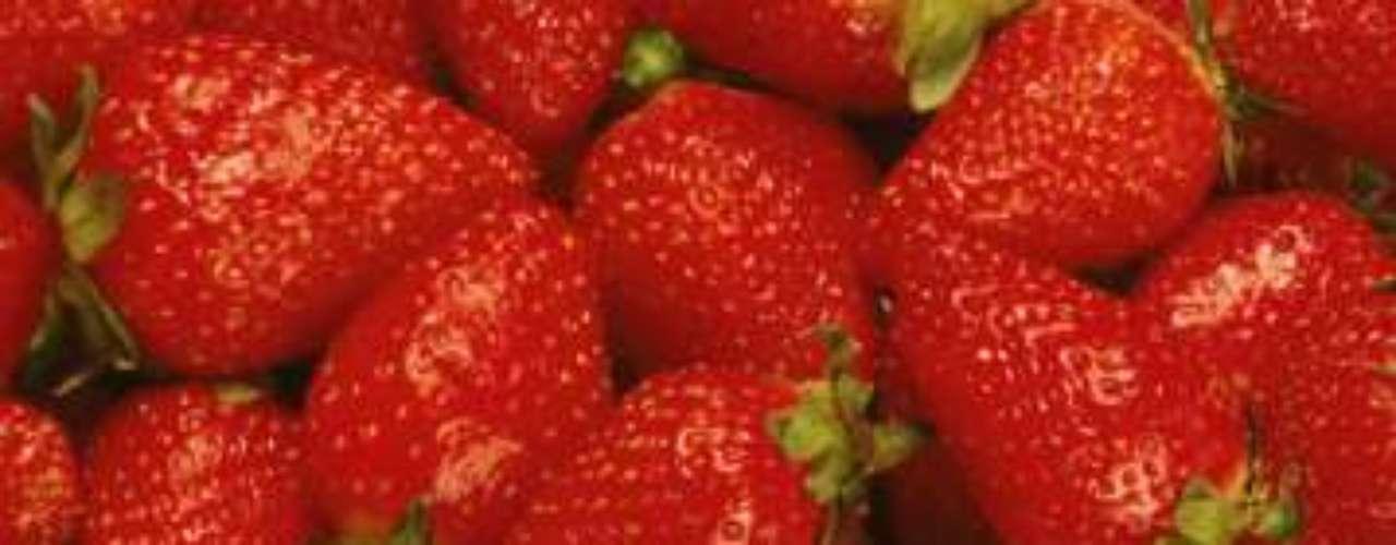 Para hidratar o corpo e repor os minerais perdidos durante os exercícios, frutas ricas em vitamina C, como morango, framboesa, laranja, mexerica, limão, cereja, goiaba e outros vegetais, como as verduras verde-escuras, brócolis, repolho e cenoura, são ótimas pedidas