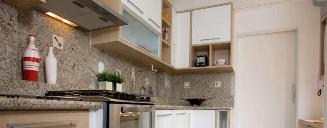 Os moradores optaram por usar um fogão embutido, aproveitando melhor o espaço