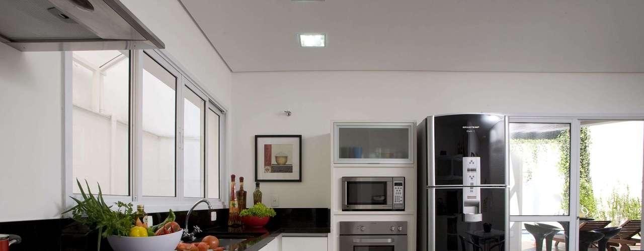 Neste projeto do escritório Linardi Marcon Arquitetura e Interiores, a mistura de preto e branco e os equipamentos arrojados deram um tom moderno á decoração. A moradora quis que a cozinha fosse diferente dos outros cômodos, explica arquiteta Érika Linardi. Informações: (11) 7885-4147