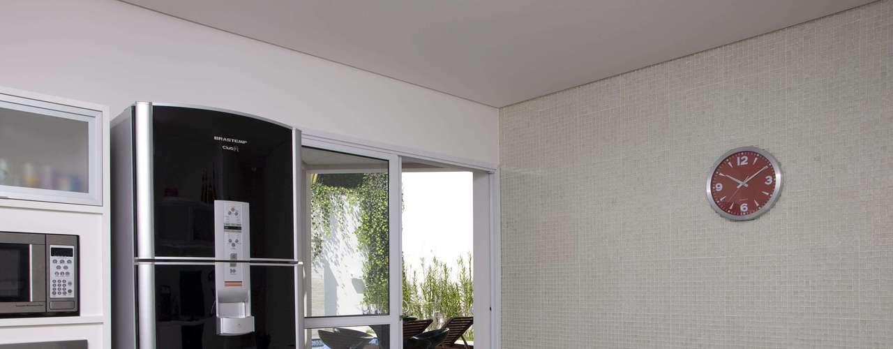 A cliente não queria a clássica geladeira branca. Por isso, optou por um modelo preto, ressaltando o ar moderno do projeto