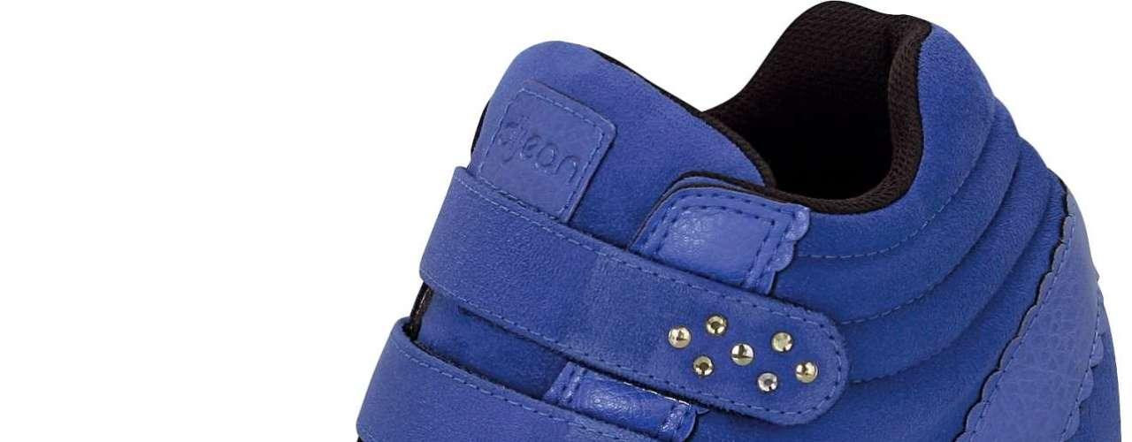 Sneaker azul royal com brilhos no velcro é aposta Dijean. Sai por R$ 129,90. SAC: 0800 728 2010