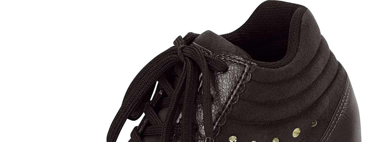 Sneaker preto de cadarço com brilhos na lateral é da Dijean. Sai por R$ 129,90. SAC: 0800 728 2010