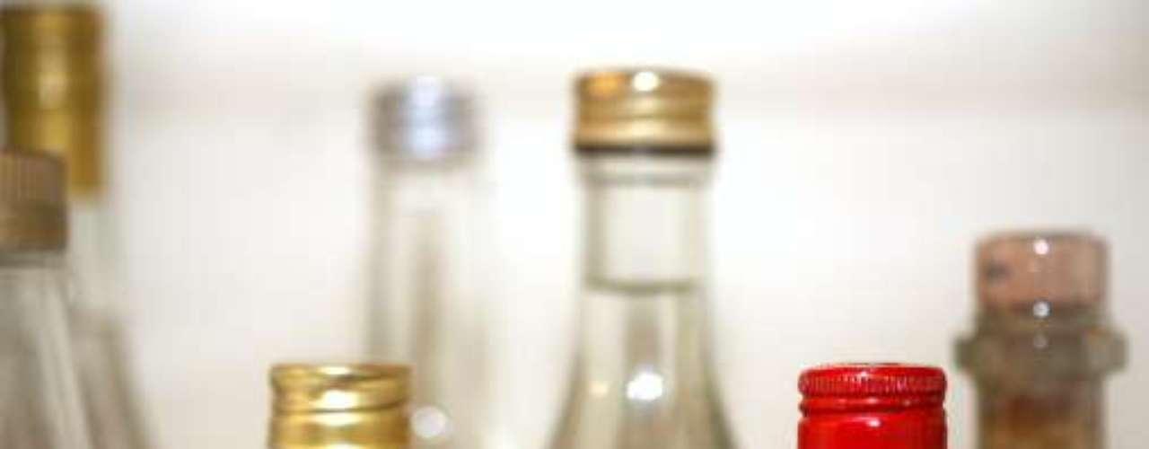 Aguardente é o destilado feito da fermentação do suco de caldo de cana de açúcar, com graduação alcoólica entre 38 e 54%, explica Jairo Martins da Silva, autor do livro Cachaça: o mais brasileiro dos prazeres. A cachaça, por outro lado, é o destilado feito do caldo da cana de açúcar, com graduação alcoólica entre 38 e 48%. Sendo ssim, toda cachaça é uma aguardente de cana, mas nem toda aguardente de cana é cachaça