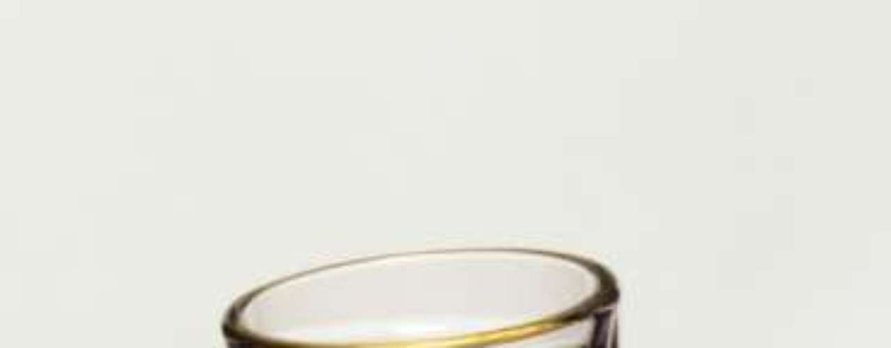 No processo de fabricação da cachaça há dois tipos de equipamentos usados na destilação: o alambique e a coluna. A escolha de um ou de outro vai depender da escala de produção. O alambique é utilizado para produções em pequena e média escala, enquanto a coluna é usada para a produção em grande escala. Algumas pessoas tentam diferenciar os destilados feitos através de um processo ou de outro. Devido ao fato de a destilação em alambiques exigir mais a presença do mestre alambiqueiro, muitos classificam a cachaça obtida como 'artesanal'. Como os dois processos de destilação são diferentes, os destilados apresentam características sensoriais diferenciadas, porém, nos dois casos, o produto final é cachaça, finaliza