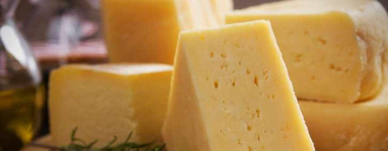 Coma queijo: pesquisa da Universidade de Oxford e da Imperial College London, ambas da Inglaterra, concluiu que pessoas que comem queijo têm risco 12% menor de desenvolver diabetes. Os participantes que mais consumiam a iguaria apostavam em mais de 56 g por dia e os que menos degustavam, menos de 11 g