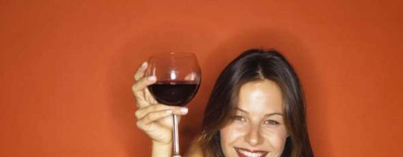 Consuma álcool moderadamente: estudo da Universidade de Harvard, nos Estados Unidos, constatou que o consumo moderado de álcool diminuiu 30% o risco de diabetes em mulheres com dietas repletas de carboidratos refinados