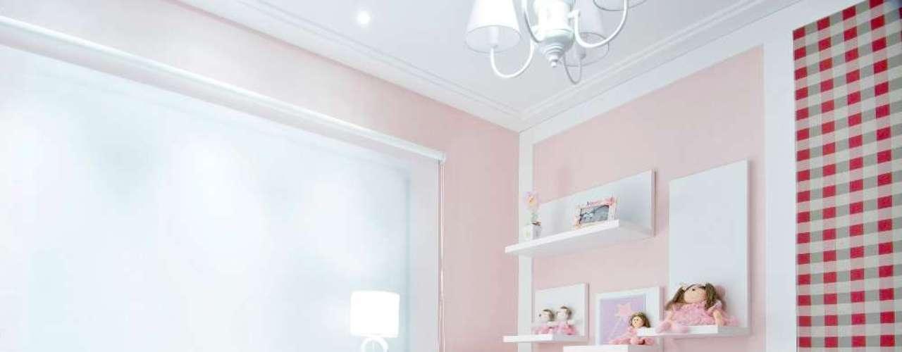 Por ser um ambiente pequeno, foram usados elementos suaves, como papel de parede cor-de-rosa e réguas de madeira branca