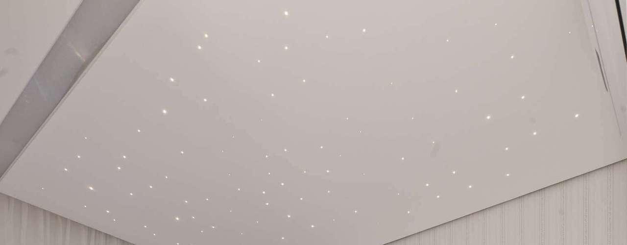 Neste projeto da Mayra Lopes Arquitetura, a poltrona de amamentação foi encaixada entre o berço e parede. O tapete felpudo dá um ar aconchegante, mas deve ser evitado caso a criança tenha alergia ou bronquite. Informações: (11) 3031-9490