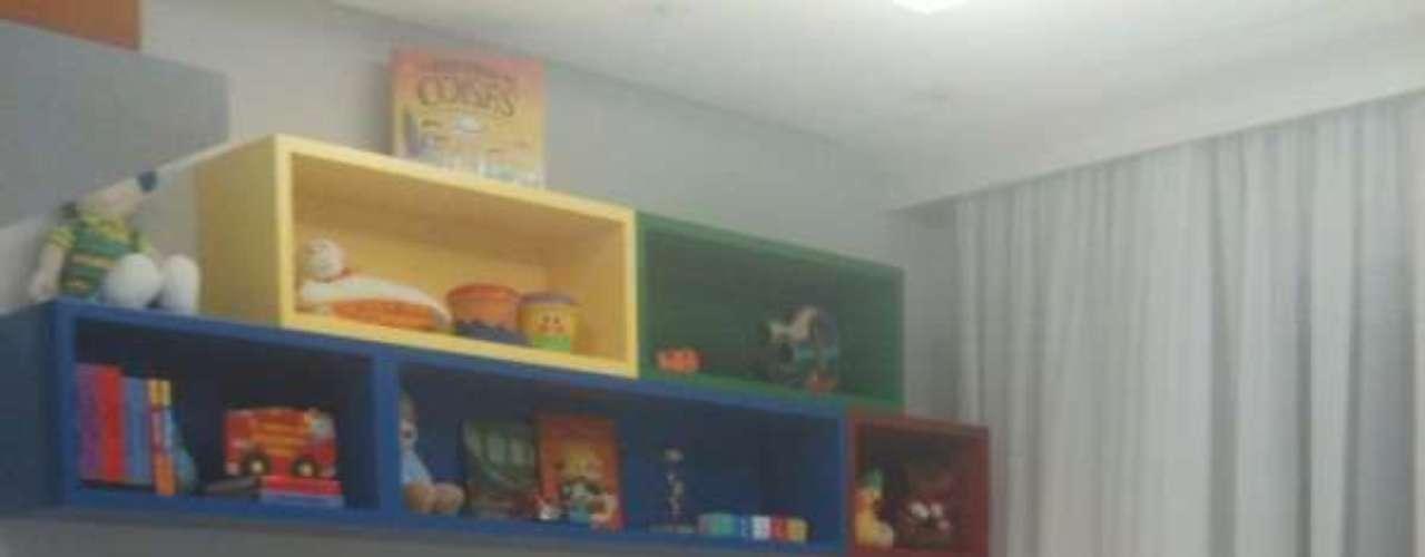 A estante geométrica e colorida parece até uma grande construção de Lego. O mobiliário feito em marcenaria é projetado de uma maneira que não tenha aparência de cômoda e berço tradicionais. Colocamos cores, formas e brincamos com volumetria para que o próprio mobiliário pareça um brinquedo, afirma Luciana Schiros, arquiteta da Oficina de Criação e Arquitetura (OCA). Informações: (11) 5102-4884