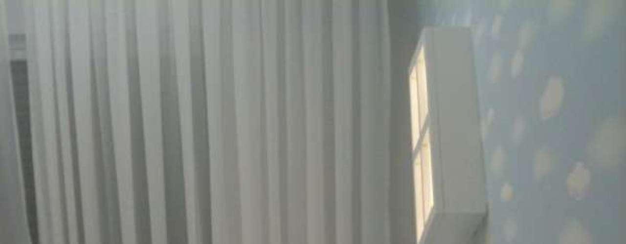 O destaque aqui é a parede imitando o céu. O berço é  bem básico  e os tons da roupa de cama acompanham a brincadeira