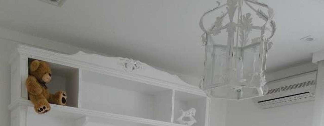 A cômoda é bem prática: acomoda as roupas do bebê, os brinquedos e o trocador