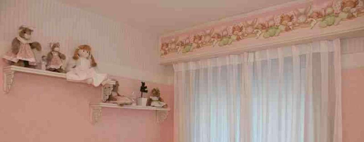 O estilo deste projeto é romântico, com almofadas e cortinas texturizadas. O sofá serve para dar de mamar ou para a mãe ou o pai se deitar nas noites mais trabalhosas