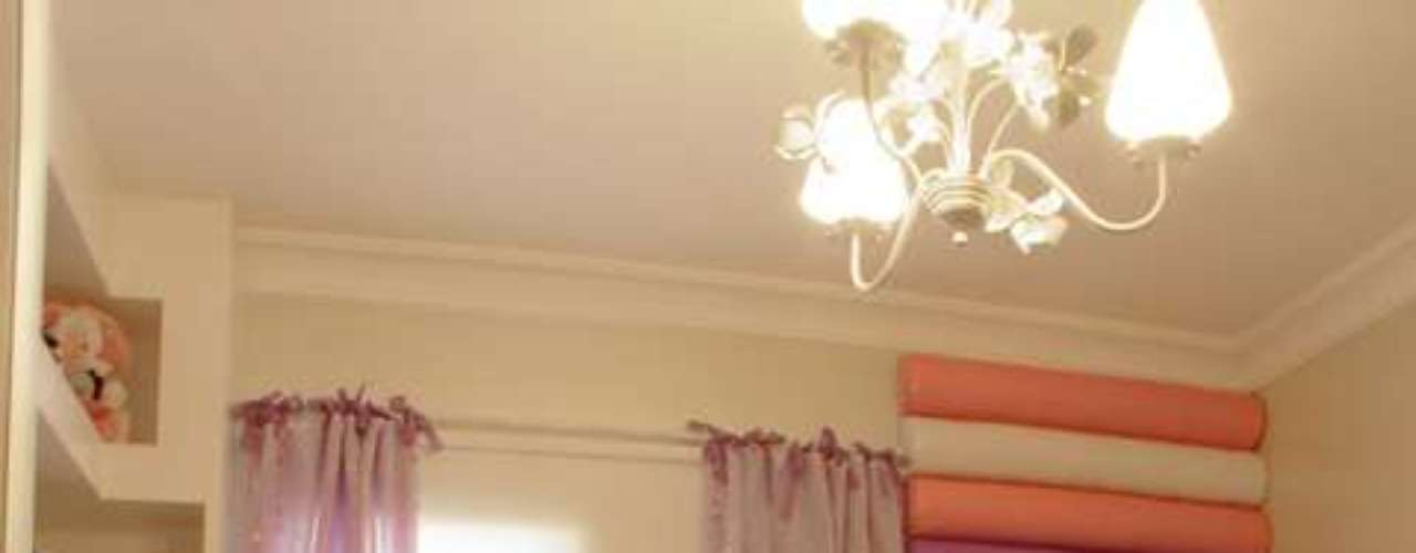 Ao aproveitar as áreas das paredes, o projeto dá a impressão de que o quarto é maior