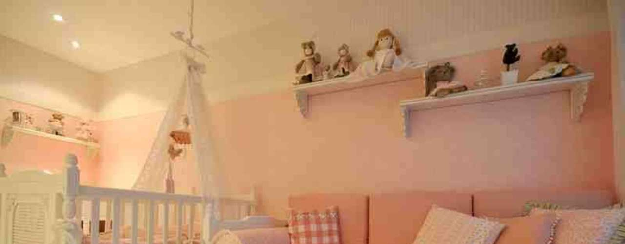Alessandra sugere que uma área do dormitório seja reservada aos brinquedos. Muitas vezes os pais esquecem que crianças de um ano também podem ter muitos objetos, e os brinquedos acabam lotando a sala e a varanda dos apartamentos
