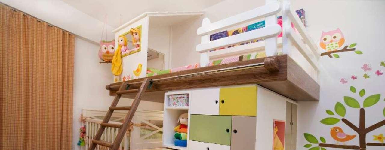 Uma solução criativa para espaços reduzidos: uma única estrutura reúne cama, trocador e prateleira para os brinquedos