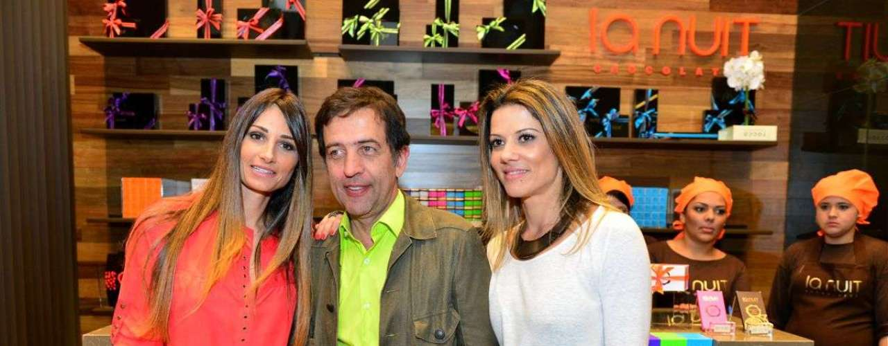 A fotógrafa Karina Tavares, o estilista Ricardo Almeida e a administradora Andreza Schneider inauguraram loja de chocolates nesta quinta-feira(2)
