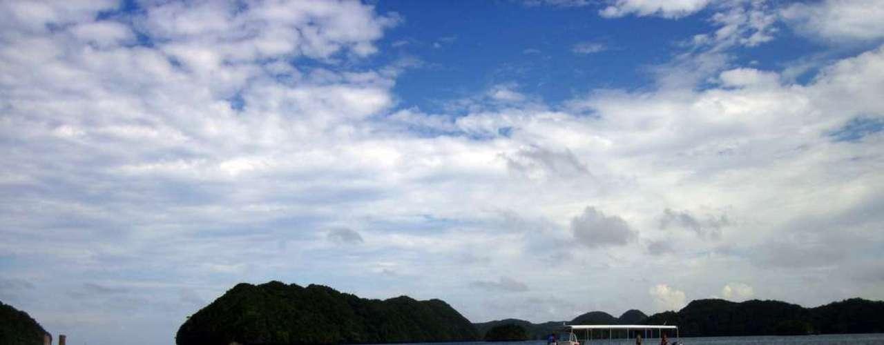 Palau: para quem realmente quer fugir do mundo moderno, o arquipélago de Palau, a 800 km das Filipinas, é o destino perfeito. Apesar da maioria dos habitantes falar inglês e a moeda oficial ser o dólar americano, a ilha vive a seu próprio ritmo e com muito apego à cultura local. Koror, capital do país, tem 11 mil habitantes e  praias incríveis, assim como as outras 250 ilhas