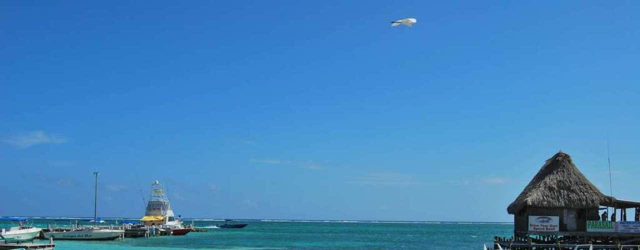 Ambergris Caye, Belize: Ilha do litoral do Belize, Ambergris Caye é um destino sonhado para mergulhadores, por ter a segunda maior barreira de coral do planeta. Os habitantes de San Pedro,  principal cidade da ilha, vivem a um ritmo relaxado, se locomovendo a pé ou de bicicleta. A cidade é acolhedora e os estrangeiros sentem-se à vontade para curtir sua  divertida vida noturna