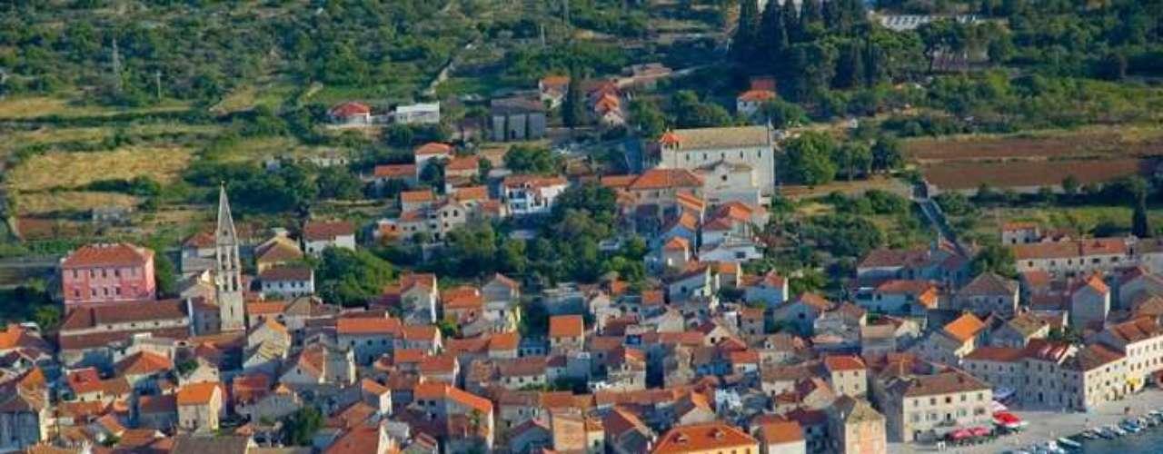 Hvar, Croácia: o litoral croata cresce a cada ano como um dos principais destinos do verão europeu. Com mais de 300 dias de sol por ano, monumentos e praias banhadas pelas água azuis do Adriático, a ilha de Hvar é uma das mais badaladas da Croácia, atraindo estrangeiros não só de férias, mas também para se instalar definitivamente