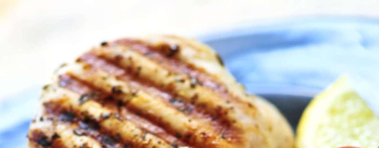 1. Peito de frango - Se seu objetivo é tonificar e modelar o seu corpo vai precisar alimentar seus músculos. Quanto mais fortes e poderosos forem seus músculos mais calorias você irá queimar, e mais rápido. Por isso, você deve comer entre 15 e 20g de proteína por refeição. Um peito de frango grelhado é ideal, porque é pobre em gordura e rica em proteínas